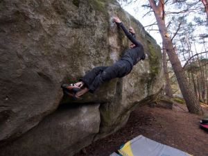 Sending the sit to La fissure Évasée, 7b+. This is a very foot technical problem.